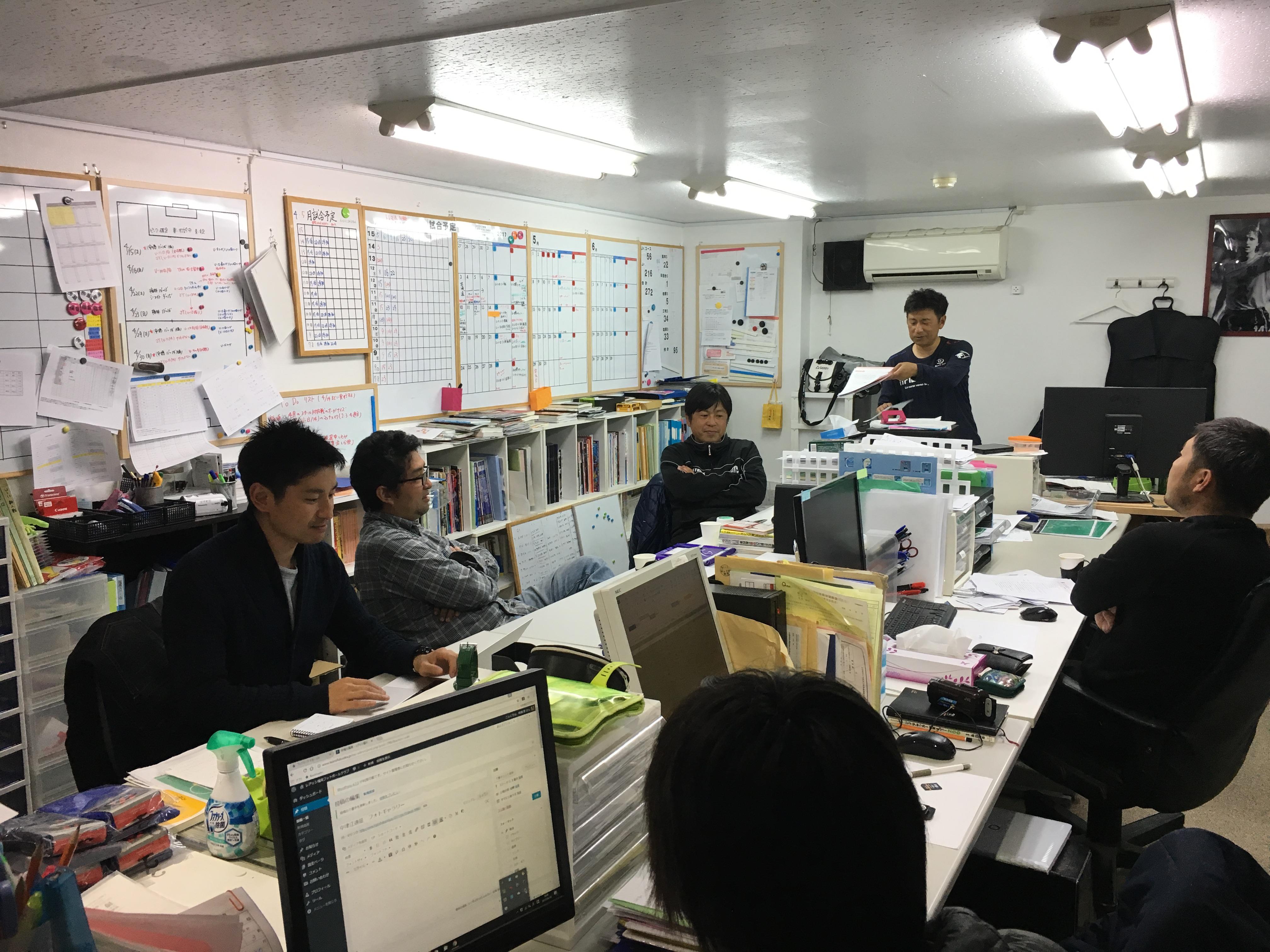 坪井健太郎氏 来福。事務所で会議やっています!